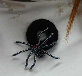 Черный паук из бисера.  Плетение бисером отнимает огромное количество времени и труда, но исходный продукт поражает...